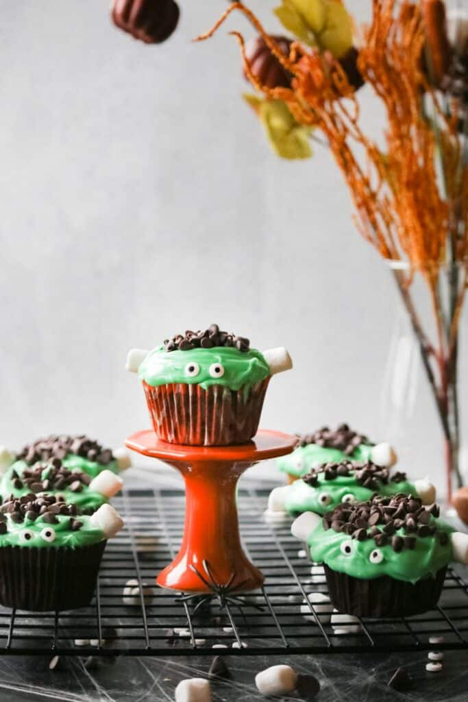 You'll love how adorable these Halloween Frankenstein cupcakes are, and will enjoy how these halloween cupcakes are to make!